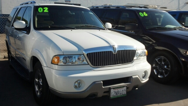2002 LINCOLN NAVIGATOR BASE white great buy for the family a large suv with leather seats an easi